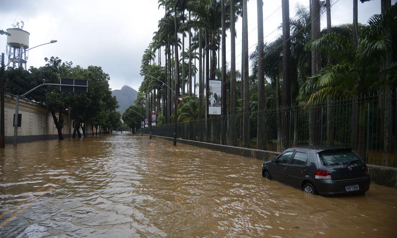 Alagamento na Rua Jardim Botânico após as chuvas que atingiram o Rio de Janeiro.