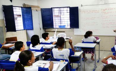 Recife – Alunos da Escola Municipal Abílio Gomes, na capital pernambucana, usam livros didáticos que podem ser proibidos pela Câmara de Vereadores (Sumaia Villela/Agência Brasil)
