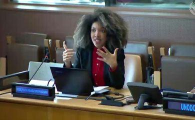 A estudante baiana Lorenna Vilas Boas preside painel do Fórum da Juventude da ONU. Crédito: Reprodução UN Web TV.