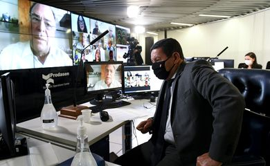 O vice-presidente da República, Hamilton Mourão participa de Sessão Deliberativa Remota (SDR) do Senado Federal realizada a partir da sala de controle da Secretaria de Tecnologia da Informação (Prodasen).