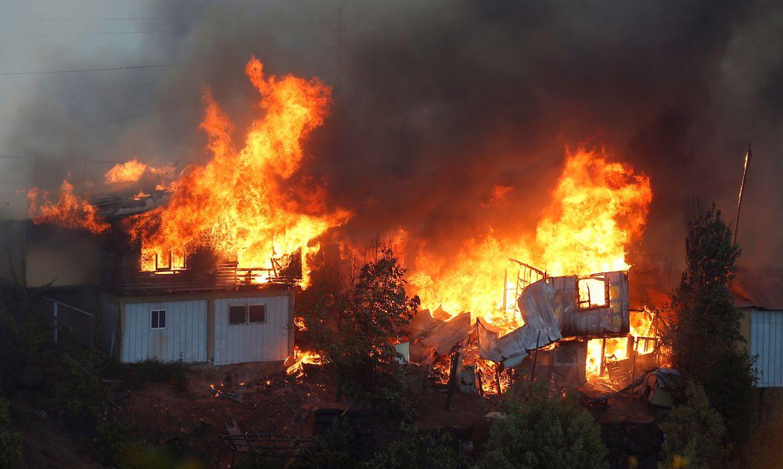 Houses burn following the spread of wildfires in Valparaiso, Chile, December 24, 2019. REUTERS/Rodrigo Garrido