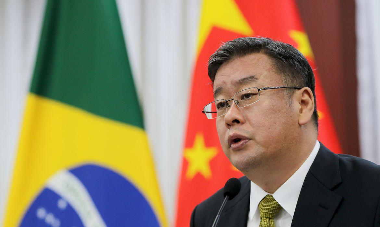 O  ministro conselheiro da embaixada da China, Song Yang, fala à imprensa