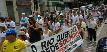 Manifestantes fazem passeata em protesto contra aumento da violência, por segurança, em Laranjeiras