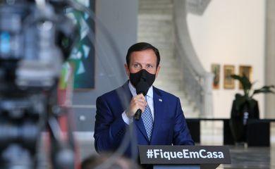 O governador de São Paulo, João Doria, concede entrevista à imprensa