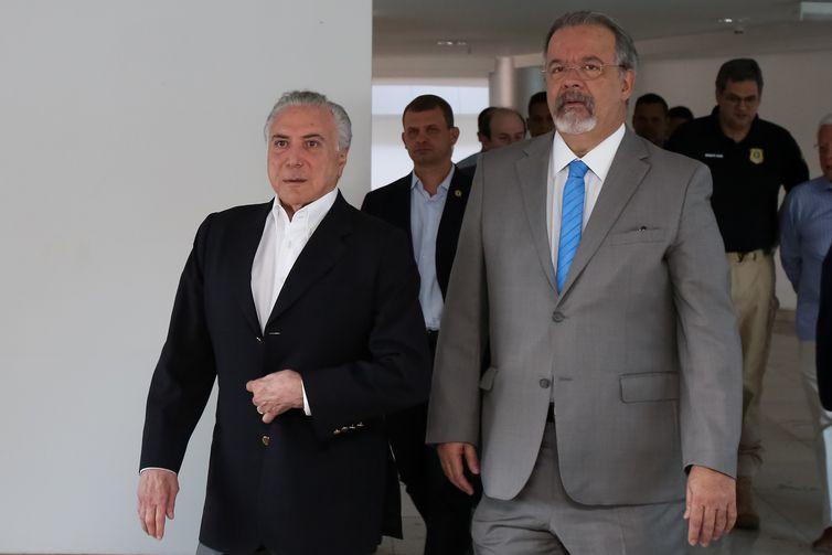 O presidente da República, Michel Temer, e o ministro da Segurança Pública, Raul Jungmann, durante visita ao Centro Integrado de Comando e Controle das Eleições 2018.