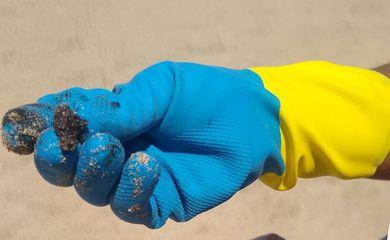 Voluntários retiram óleo de praia em Morro de São Paulo, na Bahia