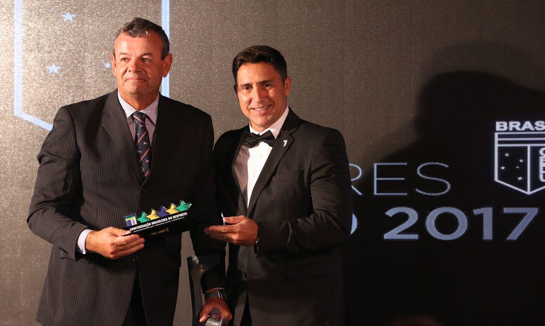 Brasília - O velejador Lars Grael, medalhista olímpico do Brasil, recebe homenageam da CBDU durante entrega do Prêmio Melhores do Ano 2017 (Valter Campanato/Agência Brasil)