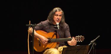 Renato Braz emociona o público com interpretações no palco