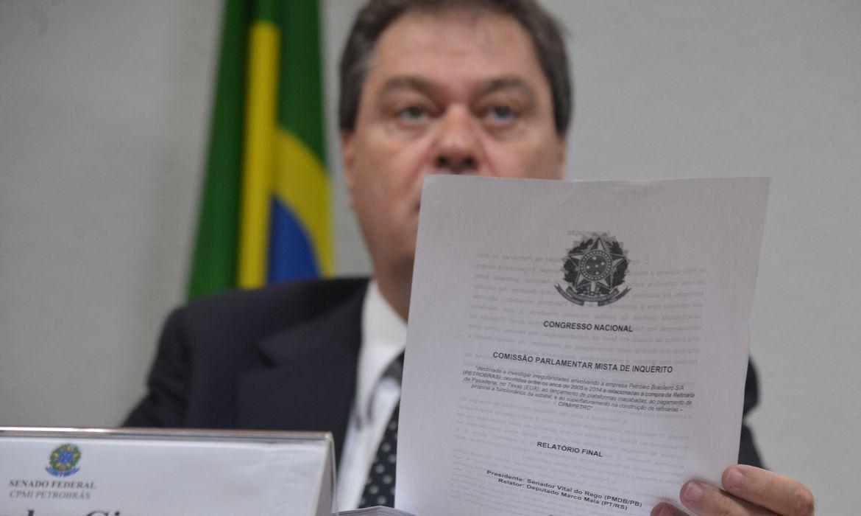 O vice-presidente da CPI mista da Petrobras, senador Gim Argello, mostra o relatório final dos trabalhos da comissão (Valter Campanto/Agência Brasil)