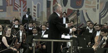 O Maestro Neil Thomson regeu o concerto realizado nas dependências do Palácio do Itamaraty, em Brasília