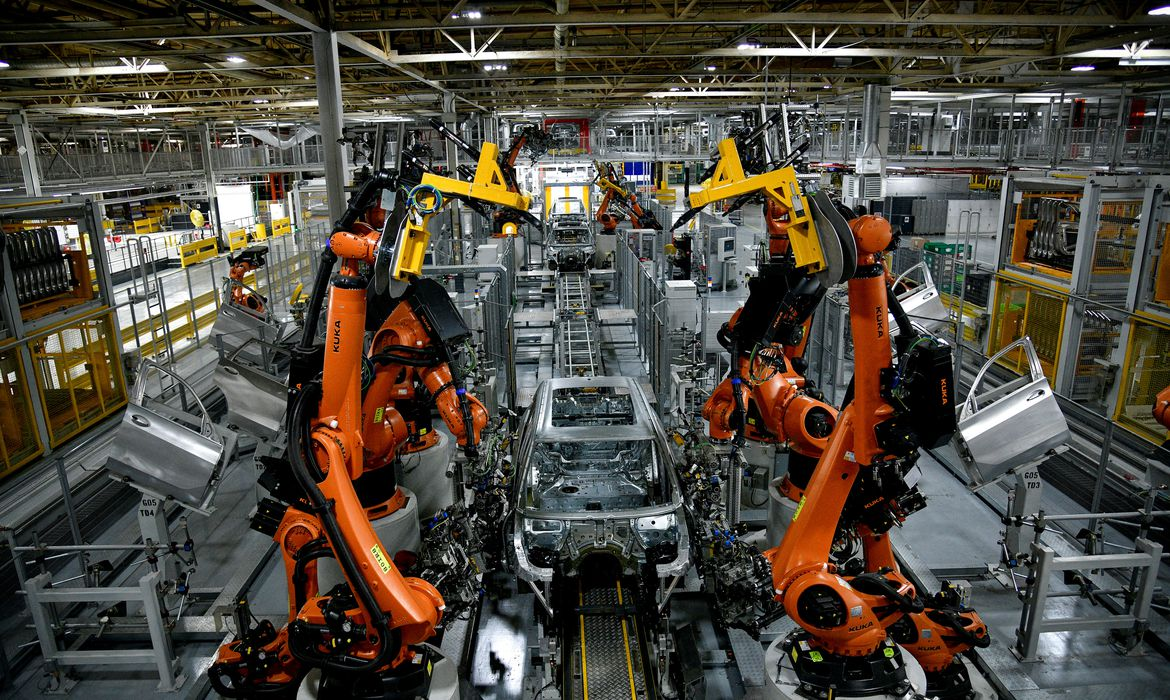 Autonomous robots assemble an X model SUV at the BMW manufacturing facility in Greer, South Carolina, U.S. November 4, 2019.  REUTERS/Charles Mostoller