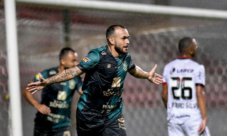 Rodolfo comemora gol contra o Vitória-BA