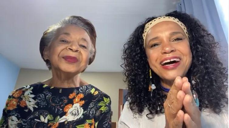 Teresa Cristina canta com a mãe, dona Hilda, de 80 anos, nas lives de domingo
