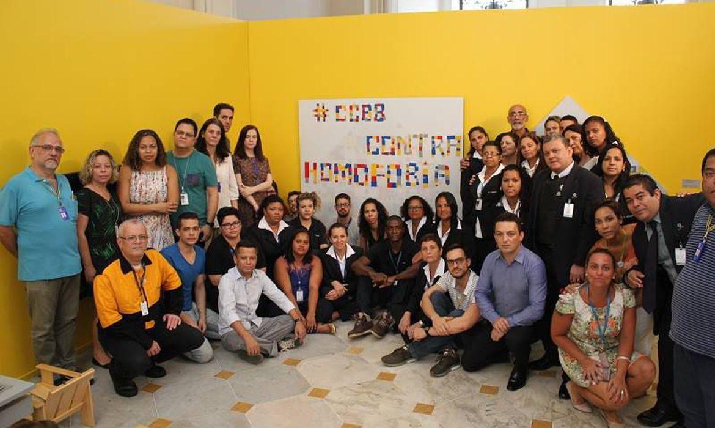 Funcionários do CCBB Rio posam ao lado de frase contra a homofobia após denúncia de casal de mulheres