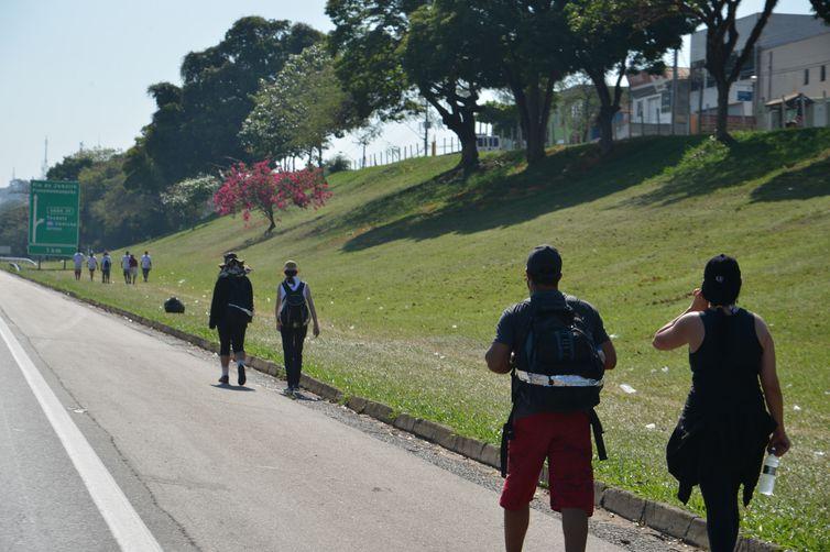 Aparecida (SP) - Romeiros caminham em direção a Aparecida pelo acostamento da Rodovia Dutra, que liga São Paulo ao Rio de Janeiro (Rovena Rosa/Agência Brasil)