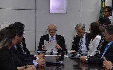 O ministro do Trabalho e do Emprego, Manoel Dias, entrega Termos de Adesão para as duas primeiras empresas que foram aprovadas para o Programa de Proteção ao Emprego (PPE) (Valter Campanato/Agência Brasil)
