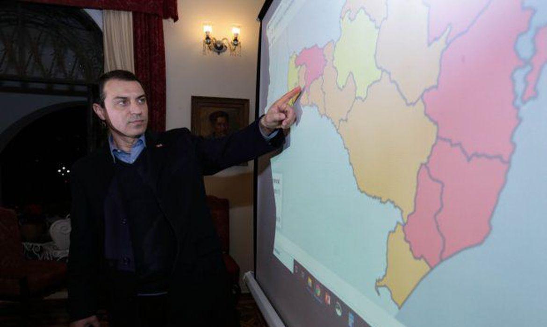O governador Carlos Moisés decreta novas medidas restritivas para promover o isolamento social em sete regiões que estão classificadas em situação gravíssima