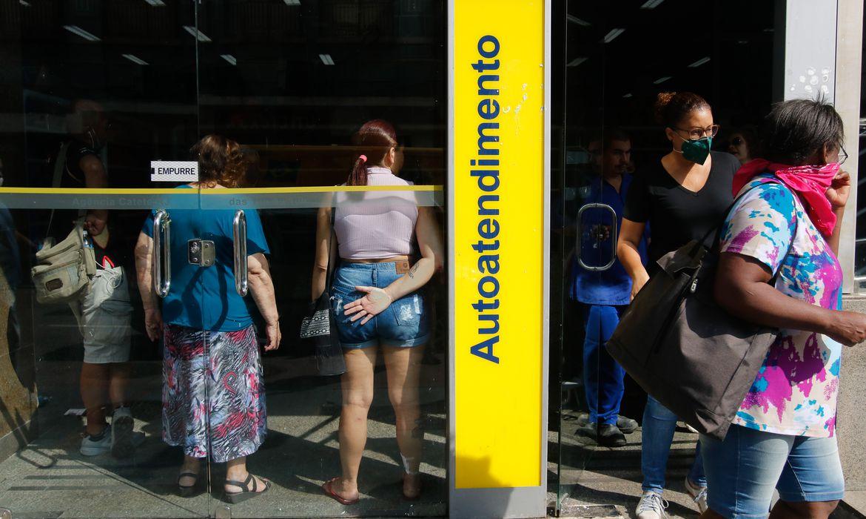 Filas se formam em frente a bancos e supermercados no Flamengo, zona sul da cidade