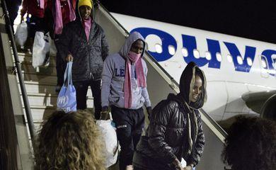 Refugiados líbios chegam ao aeroporto militar Pratica di Mare, na Itália