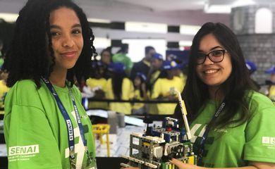 Lívia Damião Vieira e Ana Paula Rocha integram uma equipe de robótica que disputa a Olimpíada do Conhecimento.