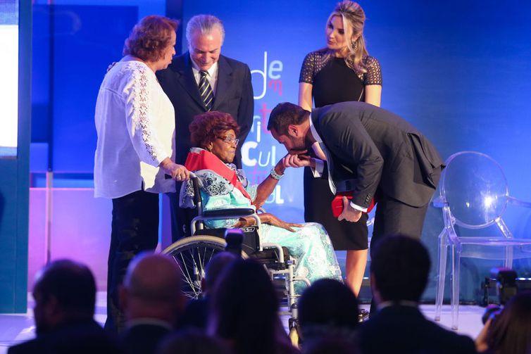 D. Ivone Lara recebe a Ordem do Mérito Cultural do presidente Michel Temer (2016)