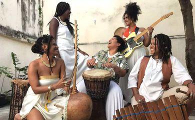 Composto por cinco mulheres no bairro Lins, Rio de Janeiro, o Dembaia toca neste domingo (11), às 20h