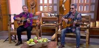 A dupla Junio & Julio canta uma cantiga de viola no programa Brasil Caipira