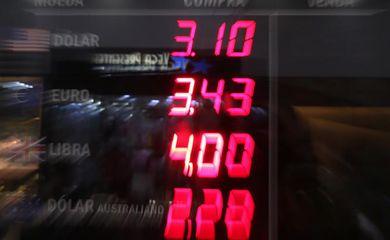 Casa de câmbio no Rio de Janeiro registra queda do dólar após divulgação de reportagens sobre gravações envolvendo o presidente Michel Temer e o senador suspenso Aécio Neves
