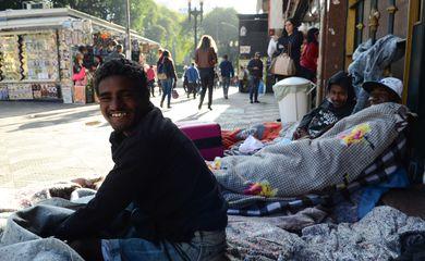 São Paulo - Alessandro Ferreira, Neguinho Tiradentes e Romaria receberam roupas e cobertores para ajudar a suportarem o frio na Rua Ipiranga, em frente à Praça da República (Rovena Rosa/Agência Brasil)