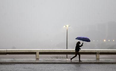 Após 119 dias de seca, volta a chover no DF.