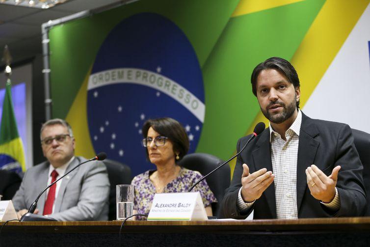 O diretor do Denatran, Maurício Alves, a diretora-presidente do Serpro, Glória Guimarães, e o ministro das Cidades, Alexandre Baldy, durante cerimônia para lançamento da versão digital do Certificado de Registro e Licenciamento de Veículo (CRLVe