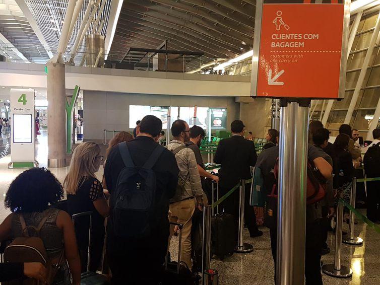 Clientes com bagagem de mão precisam aguardar enquanto passageiros com itens menores entram primeiro na aeronave