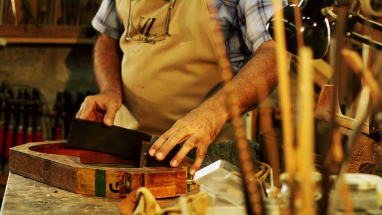 Todo o trabalho de um luthier é feito de forma artesanal. É uma ofício antigo, que está quase desaparecendo
