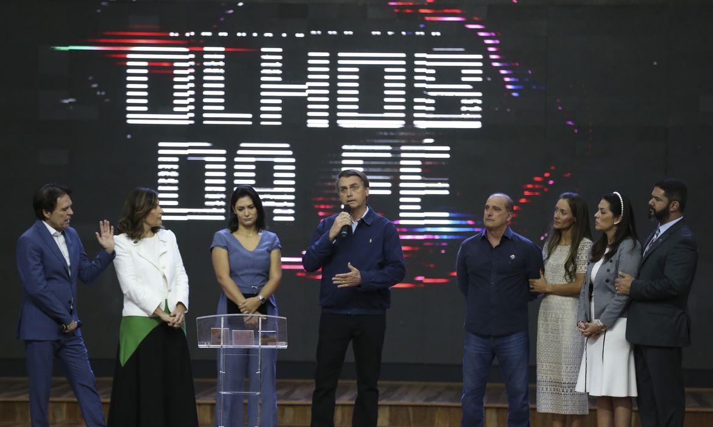 O presidente Jair Bolsonaro, a primeira-dama Michelle Bolsonaro e o ministro da Casa Civil, Onyx Lorenzoni, participam da Celebração Internacional 2019