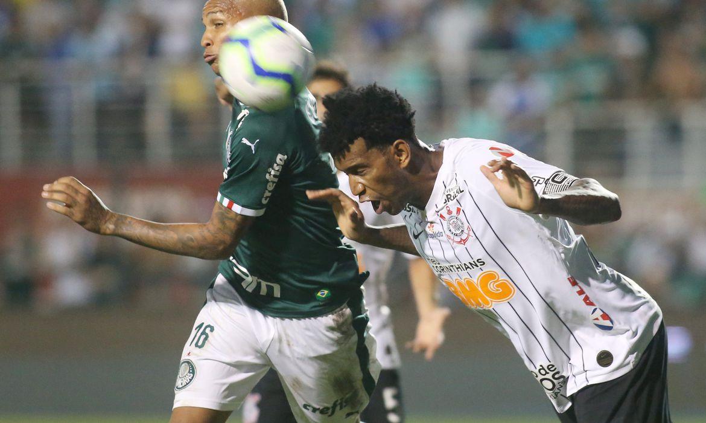 Soccer Football - Brasileiro Championship - Palmeiras v Corinthians - Pacaembu Stadium, Sao Paulo, Brazil - November 9, 2019   Palmeiras' Deyverson in action with Corinthians' Gil   REUTERS/Rahel Patrasso