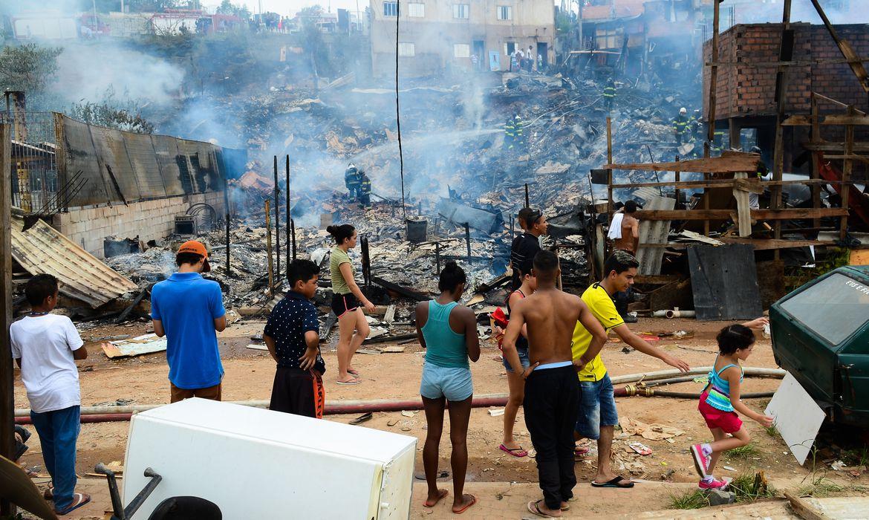 São Paulo - Trinta casas são destruídas durante novo incêndio na Favela de Paraisópolis. Esse é o segundo incêndio na comunidade em menos de dez dias (Rovena Rosa/Agência Brasil)