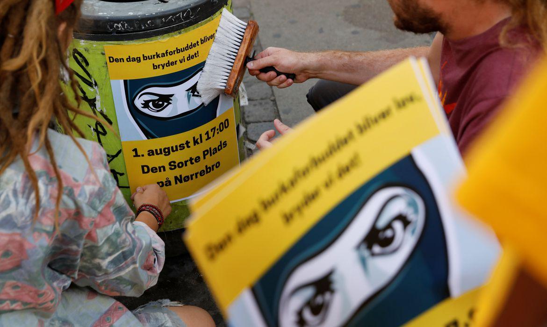 Cartazes alertam as pessoas sobre um protesto contra a proibição da burca em Copenhague, na Dinamarca