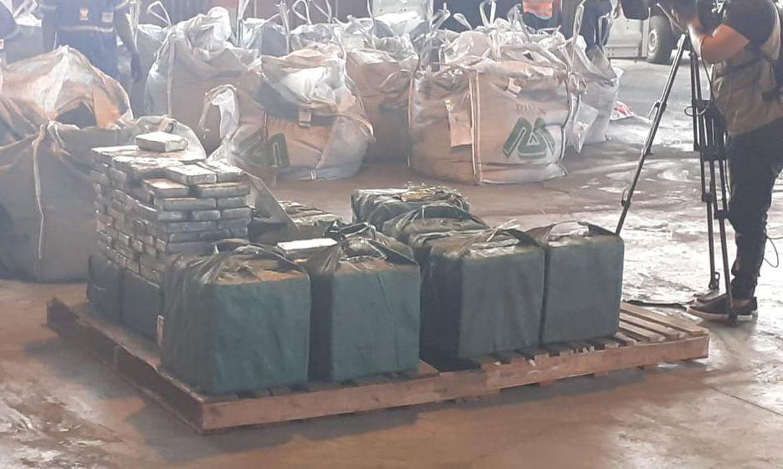 Droga estava escondida em bolsas carregadas com minério de ferro.