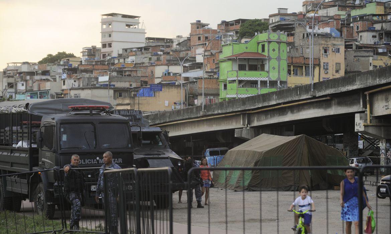 Rio de Janeiro - Tropas da Polícia Militar patrulham vias do complexo de favelas da Maré, que será ocupada pelo Exército no processo de implantação de uma Unidade de Polícia Pacificadora (Fernando Frazão/Agência Brasil)