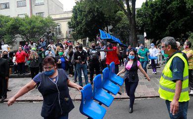 Pacientes e equipe médica são vistos do lado de fora de um hospital após um terremoto na Cidade do México, México, em 23 de junho de 2020.