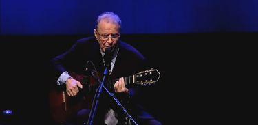 Recordar é TV homenageia o gênio da voz e violão, João Gilberto
