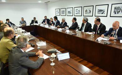 Ministros se reúnem no Palácio do Planalto para discutir ações de combate ao coronavírus.