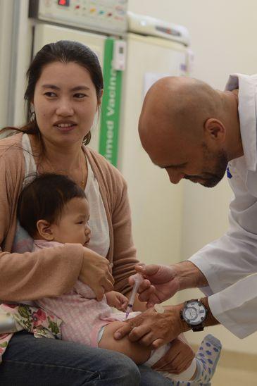Iuna Shoy, 23 anos, mudou-se da Coreia do Sul para o Brasil e já se preocupa com as doenças típicas do novo país. Ela aproveitou para vacinar a filha Larissa, de 10 meses de idade.