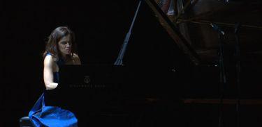 Partituras exibe concerto da pianista Simone Leitão
