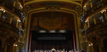 Maestro Luiz Fernando Malheiro comanda orquestra e coral