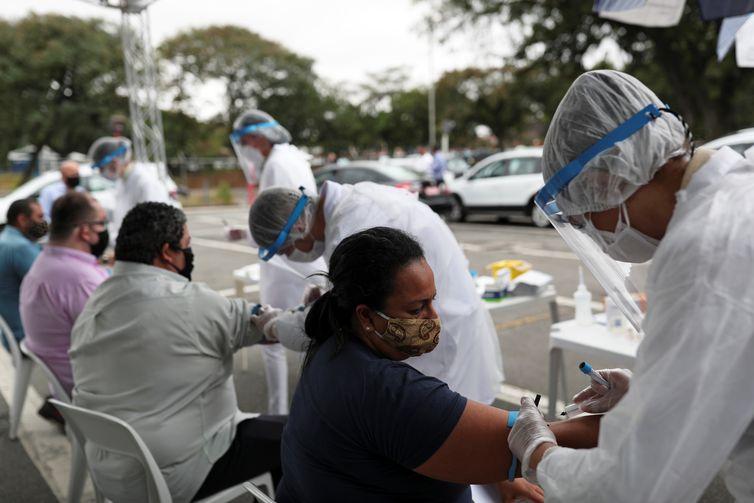 Agentes de saúde colhem sangue de motoristas de taxi de SP para realização de testes para Covid-19