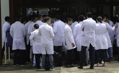 Médicos estrangeiros e brasileiros que se graduaram em outro país, fazem a segunda etapa da edição 2017 do Exame Nacional de Revalidação de Diplomas Médicos Expedidos por Instituições de Educação Superior Estrangeira (Revalida).