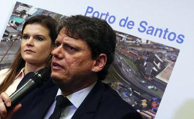 A secretária especial PPI Martha Seillier e o ministro da Infraestrutura, Tarcísio Freitas, participam da coletiva de imprensa após leilão de áreas portuárias do porto de Santos e Paranaguá, na Bolsa de Valores de São Paulo.