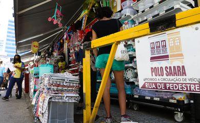 Comércio na SAARA (Sociedade de Amigos das Adjacências da Rua da Alfândega) no centro da cidade, e autorizado a reabrir a partir de hoje (9) na cidade do Rio de Janeiro