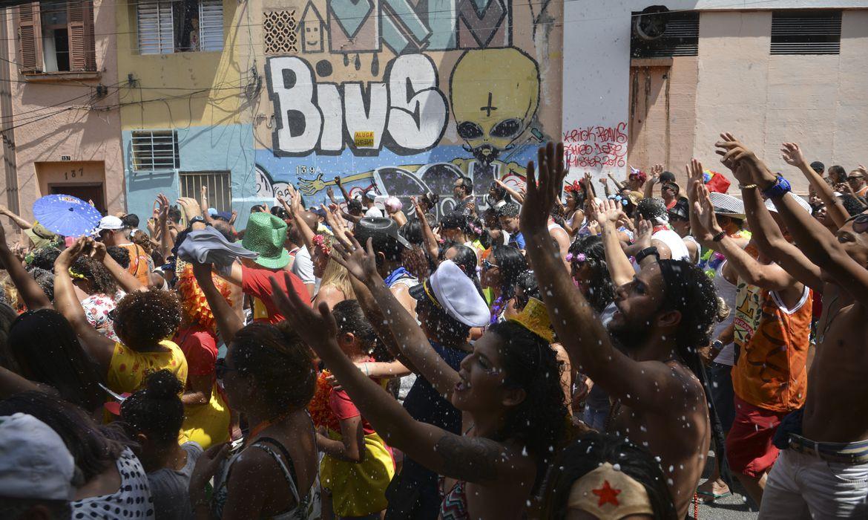São Paulo - O tradicional Bloco Esfarrapado, que desfila há 71 anos no Bixiga, se concentra na rua 13 de Maio (Rovena Rosa/Agência Brasil)
